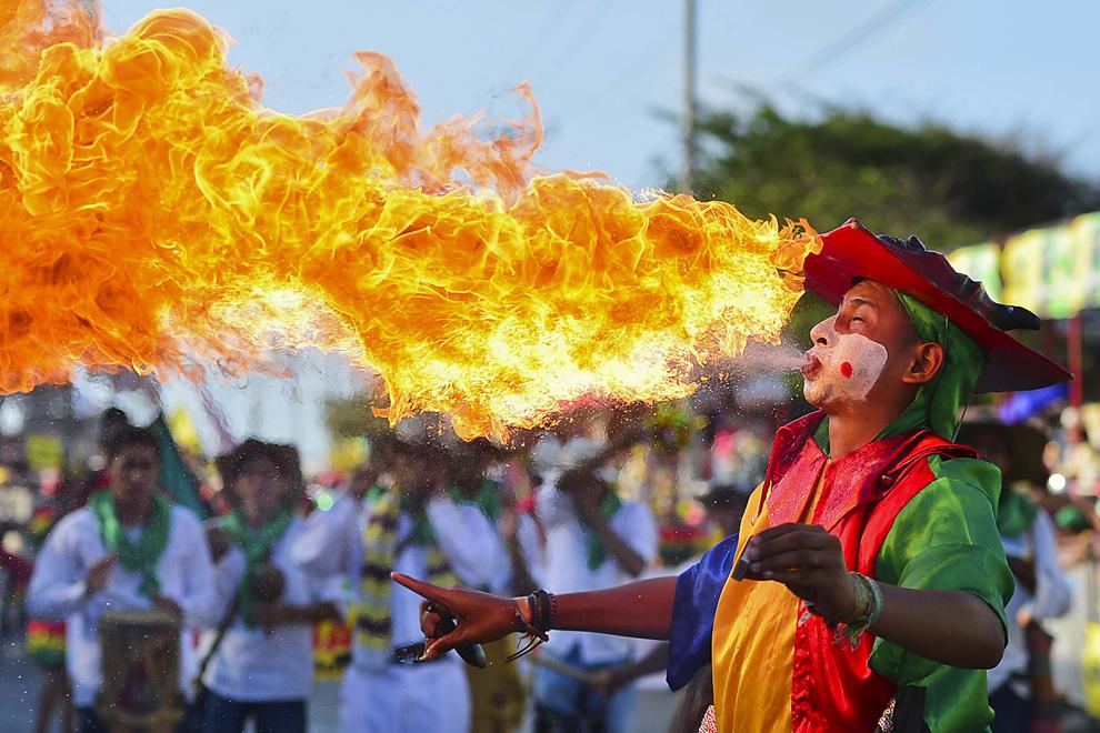 """Un dansator tradiţional """"Diablo Arlequin"""" (diavolul arlequin) participă la cea de-a doua zi a carnavalului Barranquilla, în Barranquilla, Columbia, luni, 10 februarie 2013."""