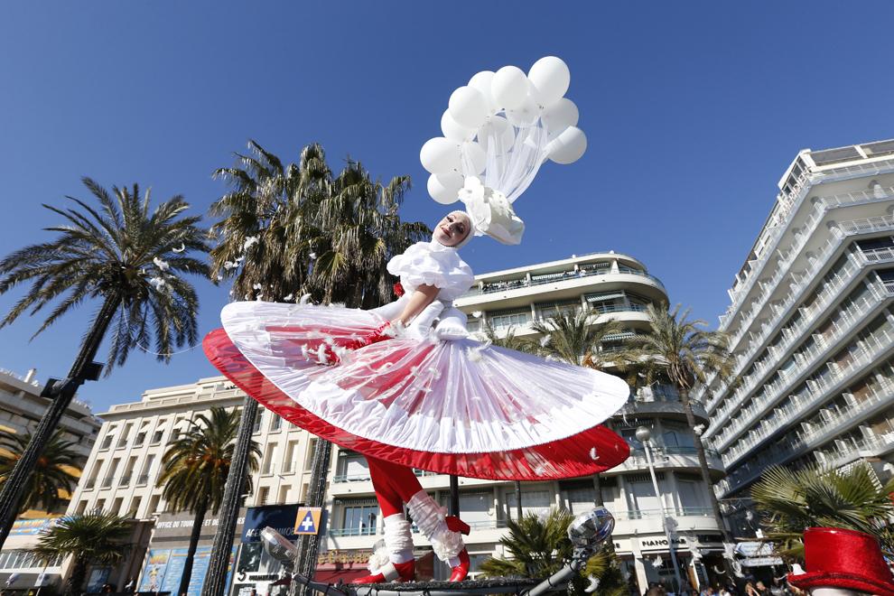 O tânără artistă participă la carnavalul de la Nisa, sâmbătă, 16 februarie 2013.