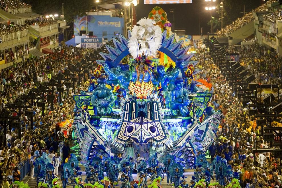 """Dansatori de la scoala de samba """"Portela"""" evolueaza pe Sambadrom in prima noapte a paradei scolilor de samba, luni, 11 februarie 2013."""