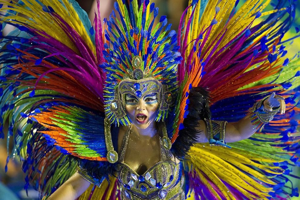 """Dansatori de la şcoala de samba """"Portela"""" evoluează pe Sambadrom, în prima noapte a paradei şcolilor de samba, luni, 11 februarie 2013."""