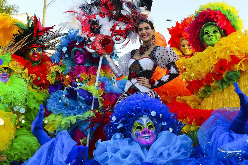 """Regina carnavalului """"Barranquilla"""", Daniela Cepeda (C) pozează alături de dansatori în timpul celei de-a treia zi a carnavalului, în Barranquilla, Columbia, luni, 11 februarie 2013."""