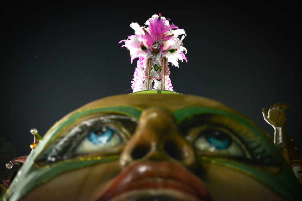 """O dansatoare de la şcoala de samba """"BarrocaZonaSul""""evoluează pe Sambadrom, în ultima zi a carnavalului şcolilor de samba pe Sambadromul din Sao Paulo, Brazilia, marţi 12 februarie 2013."""