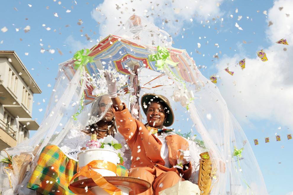 """Participanţi la carnavalul de """"Mardi Gras"""" pozează pe strazile din Fort-de-France, pe insula Martinique, Franţa, luni, 11 februarie 2013."""