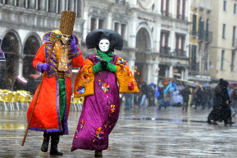 Persoane costumate pozează în piaţa San Marco, în timpul carnavalului de la Veneţia, luni, 11 februarie 2013.