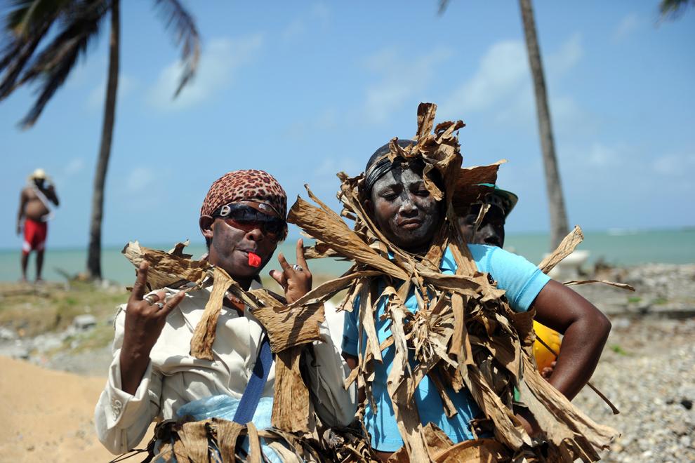 Persoane costumate pozează în timpul carnavalului 'Congos y Diablo', în Nombre de Dios, Panama, miercuri, 13 februarie 2013.