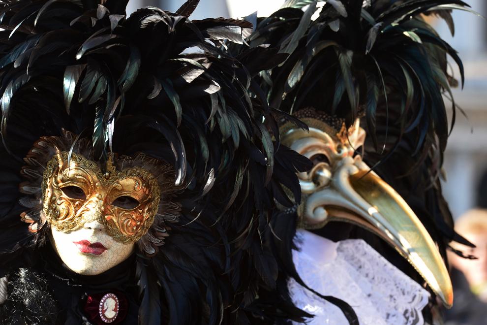 Un cuplu costumat pozează în piaţa San Marco, în timpul carnavalului de la Veneţia, duminică, 3 februarie 2013.