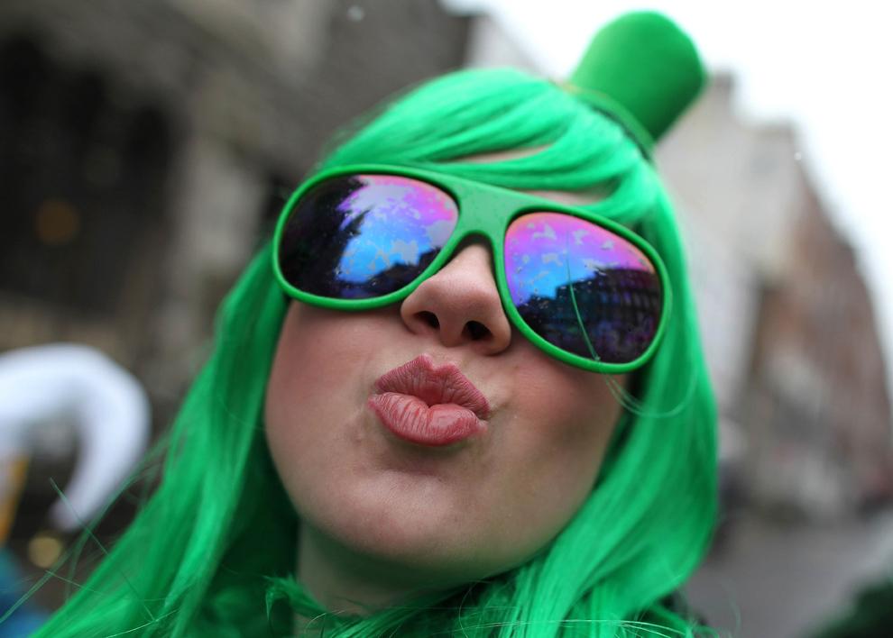 O participantă la parada Sfântului Patrick pozează în timpul festivităţilor, în Dublin, duminică, 17 martie 2013. Peste o sută de manifestaţii au loc pe teritoriul Irlandei pentru a marca ziua Sfântului Patrick.