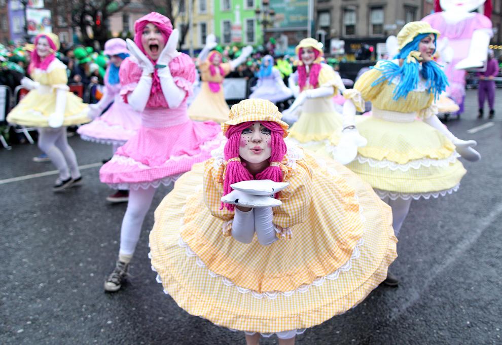 Participanţi la parada Sfântului Patrick reacţionează în timpul festivităţilor, în Dublin, duminică, 17 martie 2013. Peste o sută de manifestaţii au loc pe teritoriul Irlandei pentru a marca ziua Sfântului Patrick.