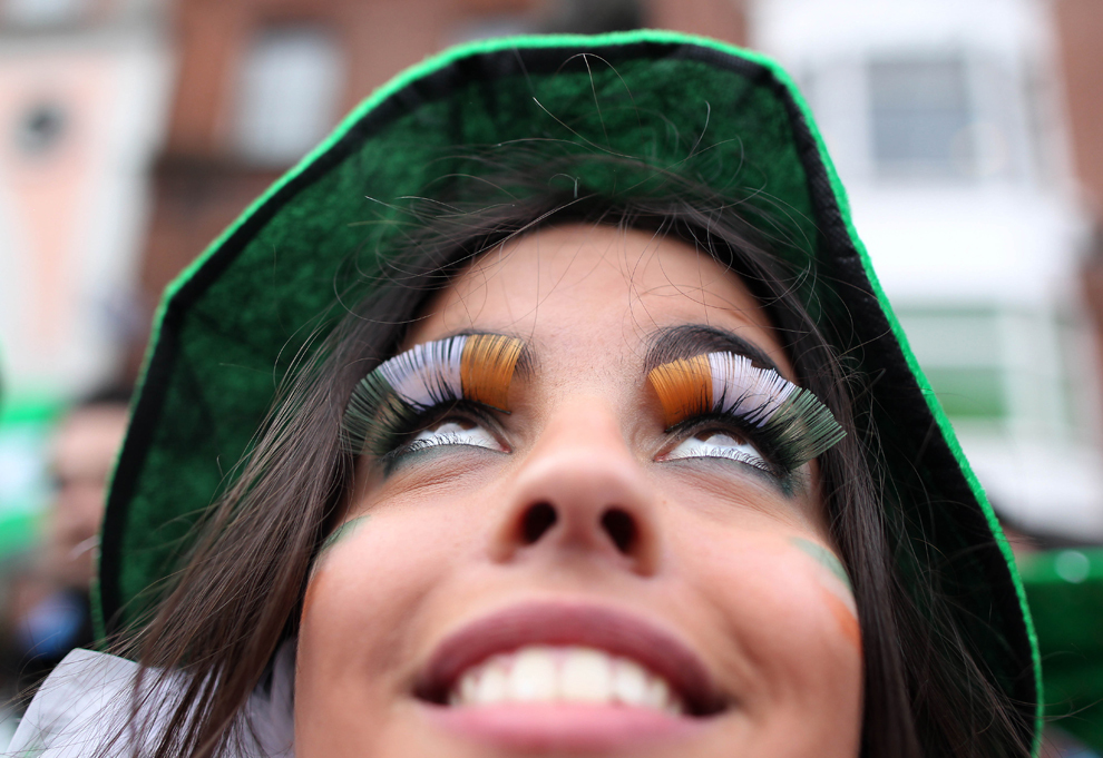 O participantă la parada Sfântului Patrick îşi arată genele vopsite în culorile steagului irlandez, verde, alb şi auriu, în Dublin, duminică, 17 martie 2013.