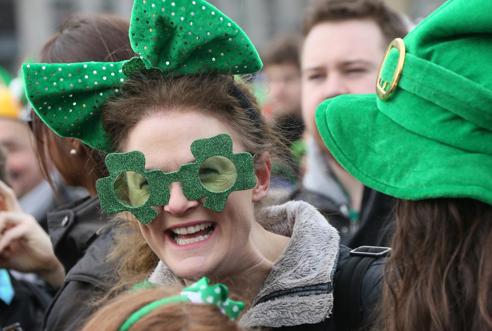 O femeie îmbrăcată în haine în culorile Irlandei, participă la sărbătoarea Sfântului Patrick, în Berlin, duminică 17 martie 2013.