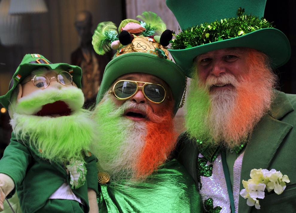 Participanţi la cea de-a 252-a paradă a Sfântului Patrick urmăresc fanfarele care urcă pe al 5-lea bulevard, în New York, sâmbătă, 16 martie 2013.