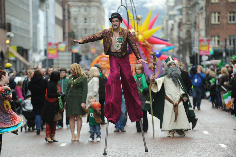 Mai mulţi artişti participă la parada organizată cu ocazia sărbătorii Sfântului Patrick, în Belfast, Irlanda de Nord, duminică 17 martie 2013.
