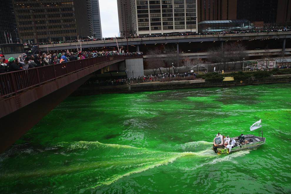 Muncitori aflaţi într-o şalupă vopsesc în verde apele râului Chicago pentru a marca începutul manifestărilor organizate cu ocazia zilei Sfântului Patrick, în Chicago, sâmbătă, 16 martie 2013.