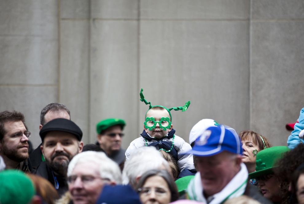 Mai mulţi spectatori urmăresc cea de-a 252-a paradă a Sfântului Patrick, în New York, sâmbătă, 16 martie 2013.