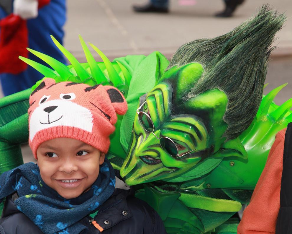 """Actorul Bob Cuccioli, costumat în personajul Goblinul Verde sustine o reprezentaţie în Times Square pentru filmul """"Spider-Man: Turn off The Dark"""", cu ocazia sărbătorii Sfântului Patrick, în New York, duminică 17 martie 2013."""
