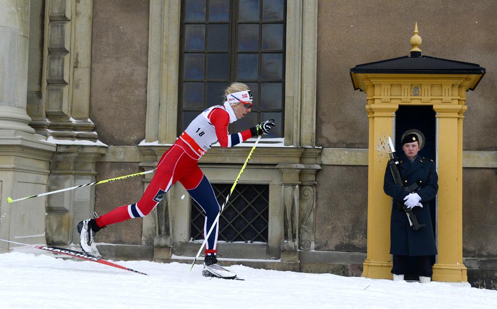"""Schioarea  norvegiană Kristin Stoermer Steira concurează în cursa de 1.1 kilometri cross country din cadrul etapei de cupă mondială """"Royal Palace Sprint"""", în Stockholm, Suedia, miercuri, 20 martie 2013."""