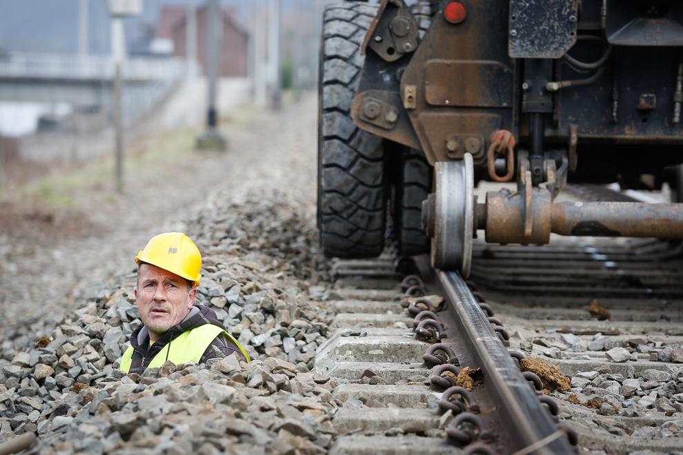 Un muncitor verifică instalaţia primului sistem de control european pentru trenuri, în Profondeville, Belgia, miercuri, 6 martie 2013.