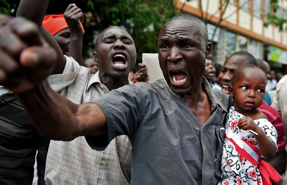 Un suporter al fostului prim ministru şi  candidat kenyan Raila Odinga, protestează in faţa Curţii Supreme din Nairobi, Kenza, luni, 11 martie 2013.