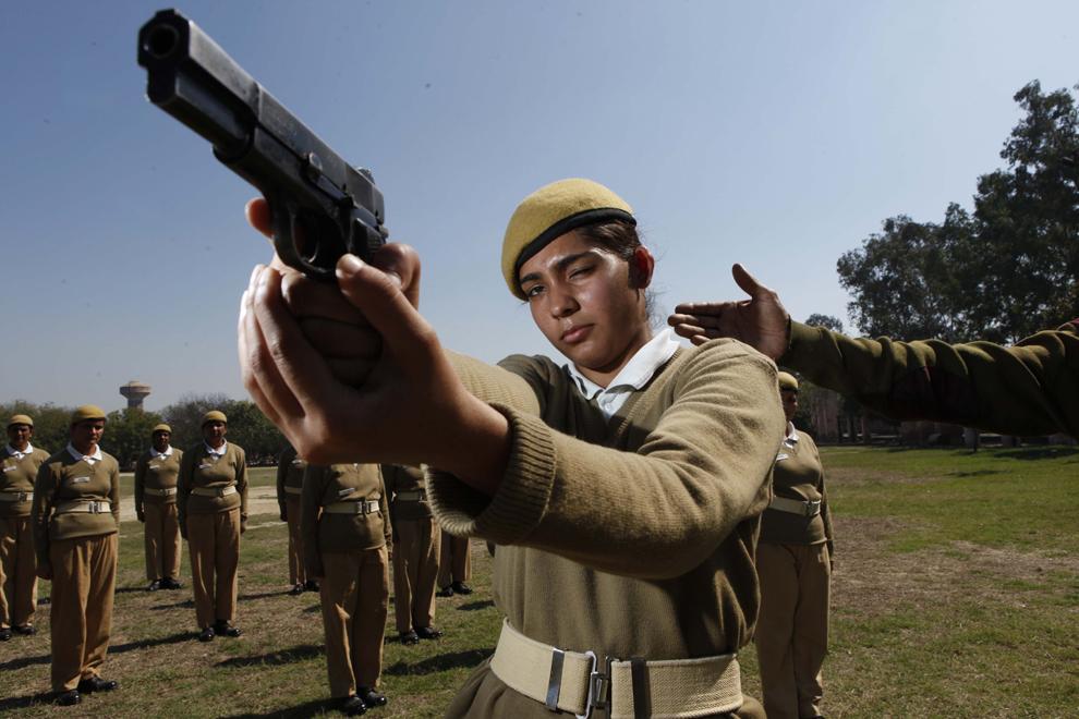 Meenu, în vârstă de 21 de ani şi selectată de curând în cadrul personalului feminin al poliţiei din Delhi, se antrenează în cadrul Centrului de Antrenament al Poliţiei din Jharoda Kalan, Delhi, joi, 21 martie 2013.