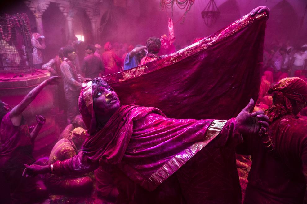 Un transsexual, credincios hindus, dansează în timpul festivalului Lathmar Holi, în satul Barsana, India, joi, 21 martie 2013.