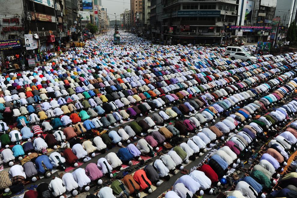 Suporteri ai partidului politic islamist Islami Andolan Bangladesh participă la rugăciunea de vineri pe străzile capitalei Bangladeshului, Dhaka, vineri, 29 martie 2013.