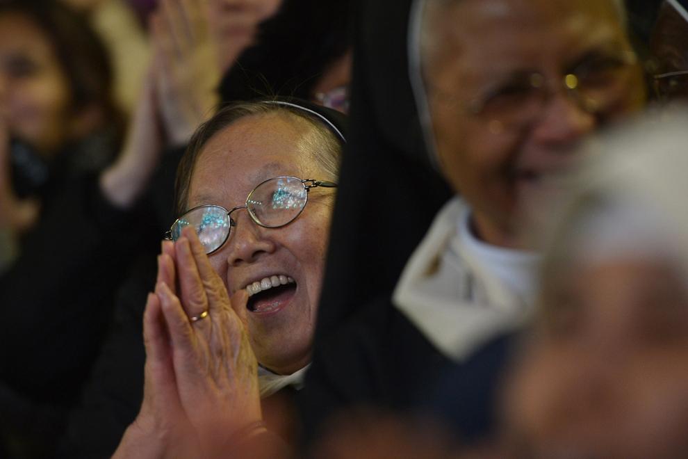 Două călugăriţe catolice se bucură după alegerea ca papă a cardinalului argentinian Jorge Bergoglio, sub numele de Francisc I, în Piaţa Sfântul Petru de la Vatican, miercuri, 13 martie 2013.