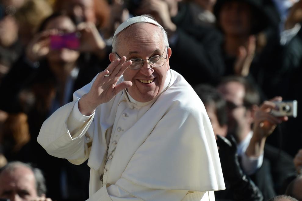 Papa Francisc salută mulţimea din papamobil, în timpul primei sale mese, în Piaţa Sfântul Petru de la Vatican, marţi, 19 martie 2013.
