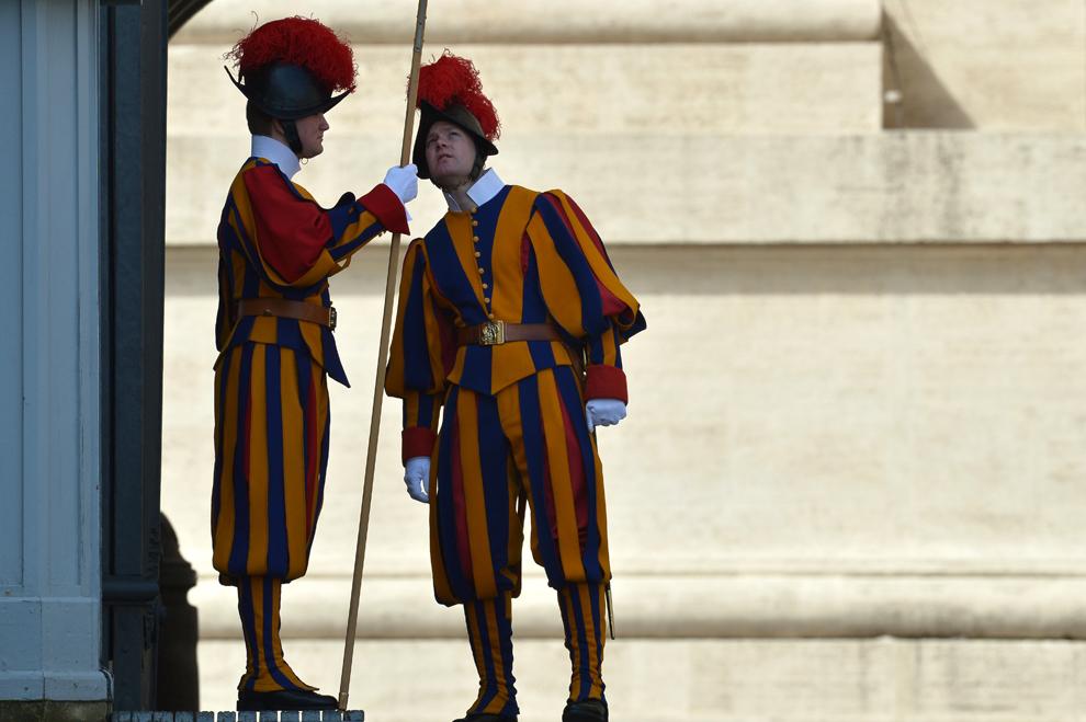 Doi membri ai Gărzii Elveţiene sunt prezenţi în Piaţa Sfântul Petru de la Vatican, înaintea audienţei papale, miercuri, 27 martie 2013.