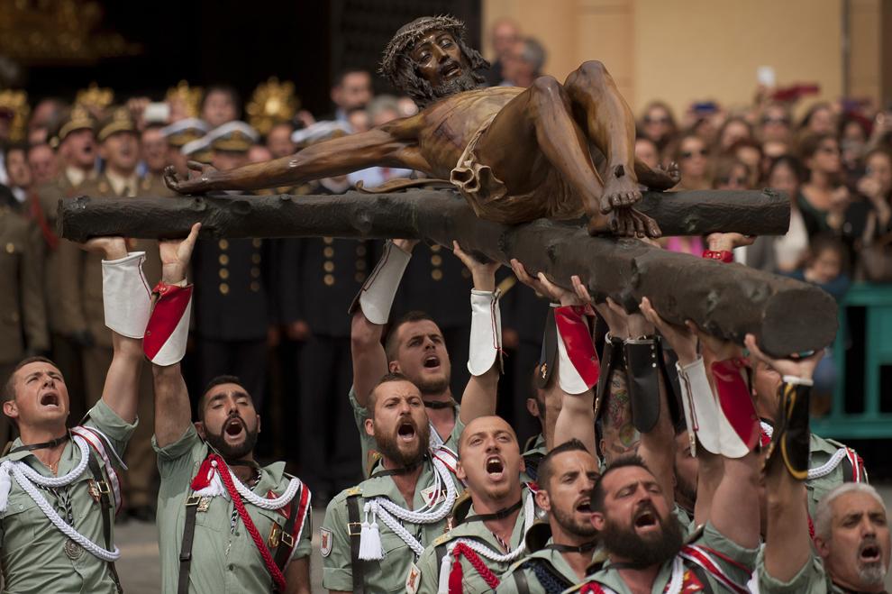 Membri ai Legiunii Spaniole poartă statuia lui Christos al Morţii Bune către biserica Santo Domingo de Guzman, cu ocazia procesiunii din timpul Săptămânii Patimilor, în Malaga, Spania, joi, 28 martie 2013.