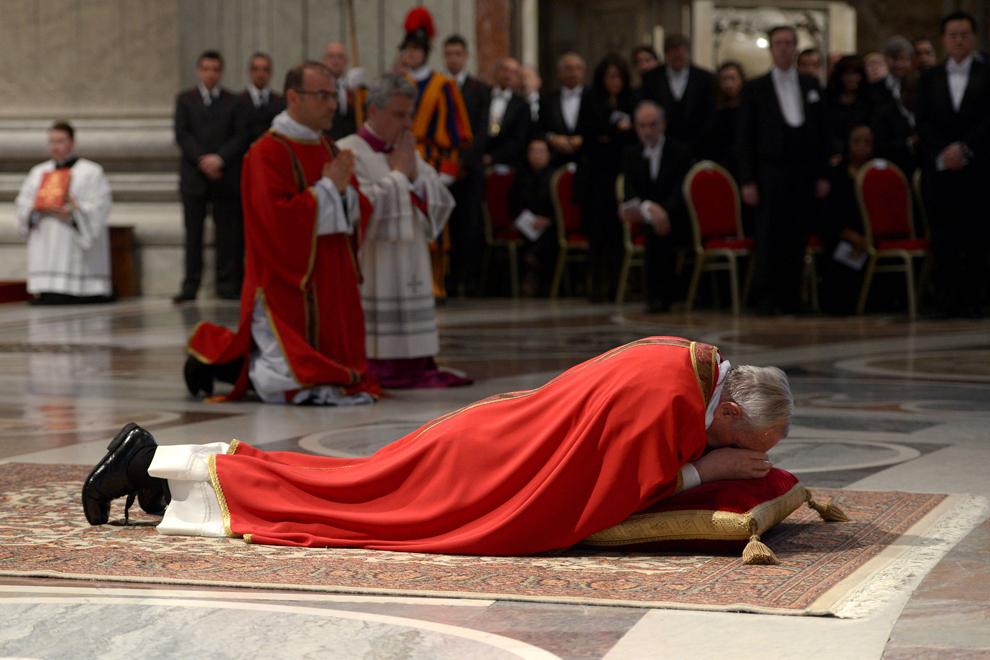 O imagine publicată de biroul de presă al Vaticanului, vineri, 29 martie 2013, îl înfăţişează pe papa Francisc întins la pământ în timpul ceremoniei Patimilor Domnului din Vinerea Mare, în Bazilica Sfântul Petru de la Vatican.