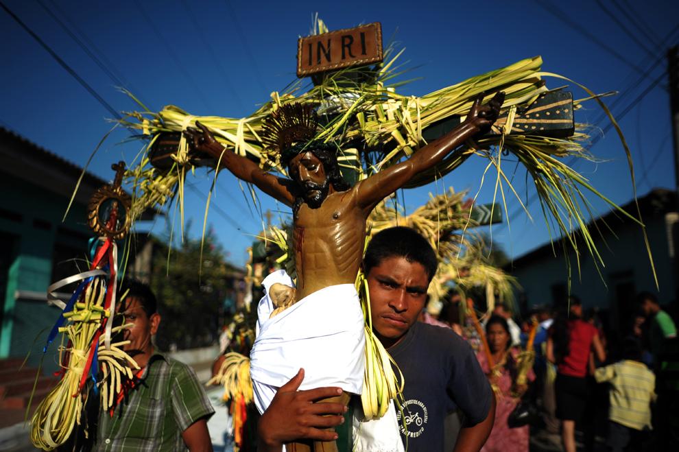 Un membru al Frăţiei El Nazareno se pregăteşte să participe la procesiunea 'Iisus din Nazaret', în Joia Mare, în oraşul indigen Izalco, la 60 de km vest de San Salvador, în El Salvador, joi, 28 martie 2013.