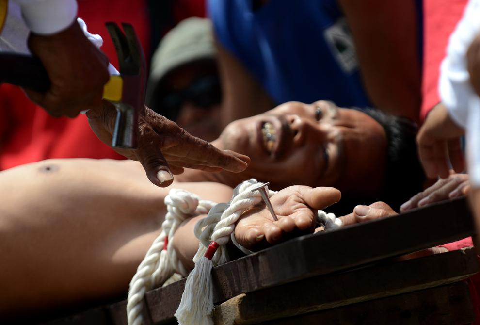 Un penitent este crucificat în timpul unei reconstituiri a patimilor lui Iisus Christos, în Vinerea Mare, în satul San Juan, aflat la nord de Manila, in Filipine, vineri, 29 martie 2013.
