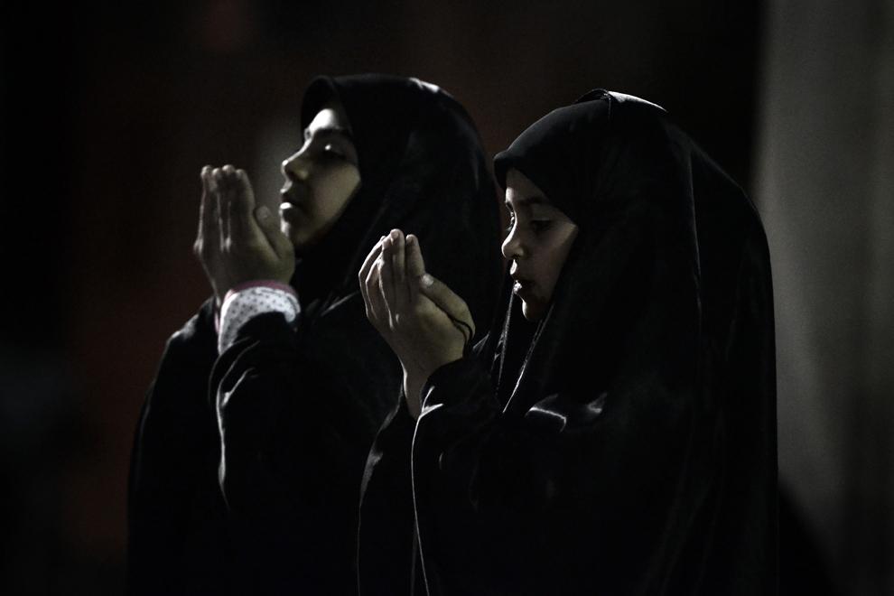 Fetiţe musulmane şiite se roagă la fârşitul unui protest, într-un parc din suburbiile oraşului Manama, în Bahrain, marţi, 1 ianuarie 2013.