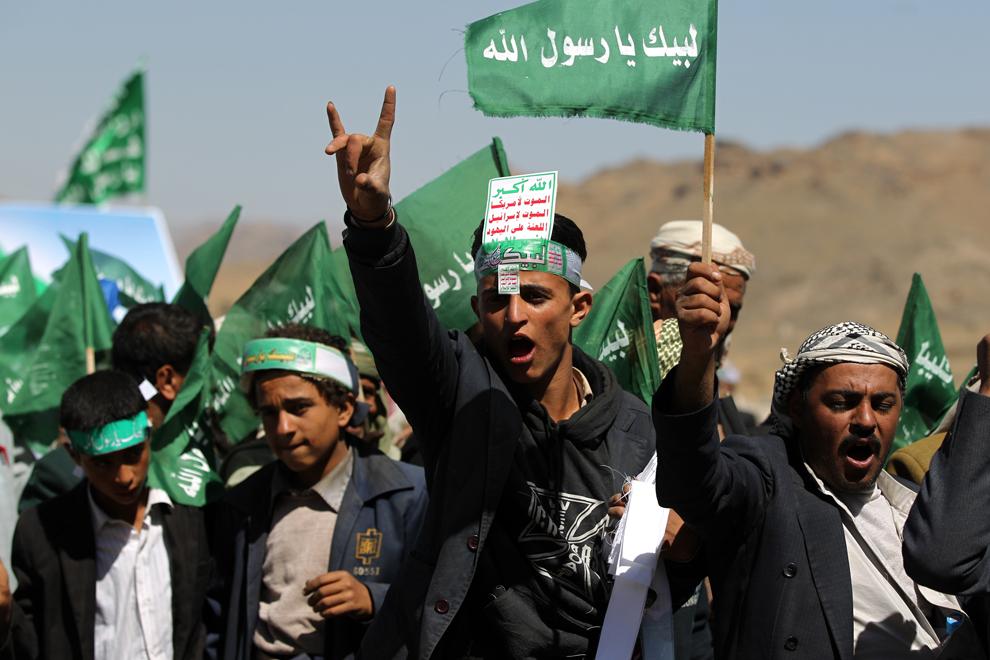 Musulmani şiiţi yemeniţi flutură steaguri în timpul unei adunări menite a comemora naşterea Profetului Mahomed, sărbătoare cunoscută în arabă ca 'al-Mawlid al-Nabawi', în capitala Yemenului, Sanaa, joi, 24 ianuarie 2013.