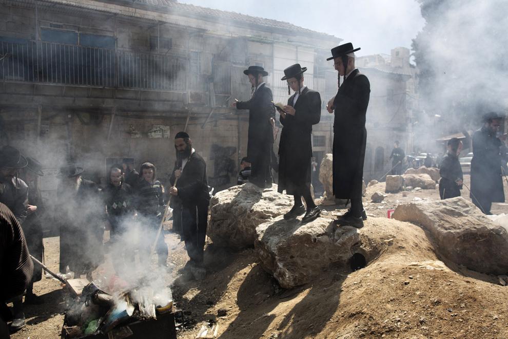 Evrei ultra-ortodocşi ard produse de panificaţie dospite la finalul pregătirilor dinaintea începerii sărbătorii Pesach, cunoscută ca Paştele evreiesc, luni, 25 martie 2013.