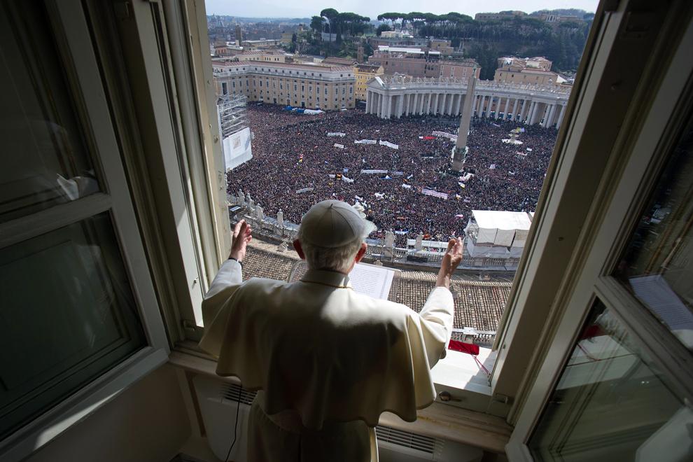 Papa Benedict al XVI-lea conduce rugăciunea Îngerului de la fereastra apartamentului său, duminică, 24 februarie 2013. Pontiful oficiază ultima rugăciune a Îngerului, înaintea demisiei sale care va avea loc pe 28 februarie.