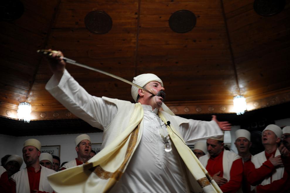 Un derviş kosovar, adept al curentului islamic sufist, ia parte la o ceremonie în sala de rugăciune din oraşul Gjakova, Serbia, joi, 21 martie 2013.