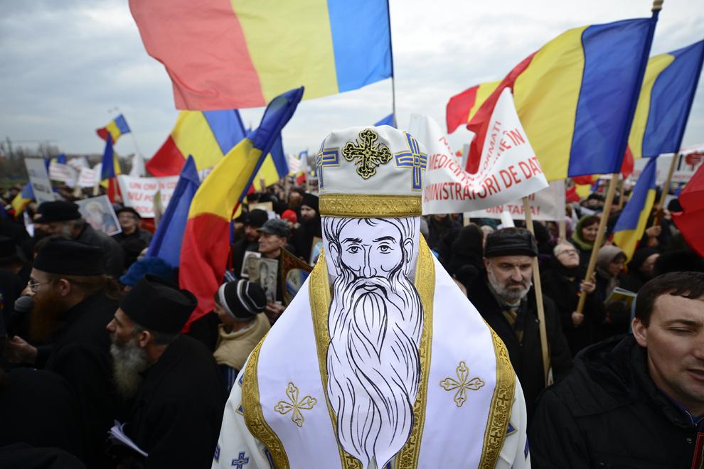 O păpuşă ce înfăţişează un preot este folosită în timpul unui protest împotriva cipurilor biometrice, în Bucureşti, joi, 14 martie 2013.