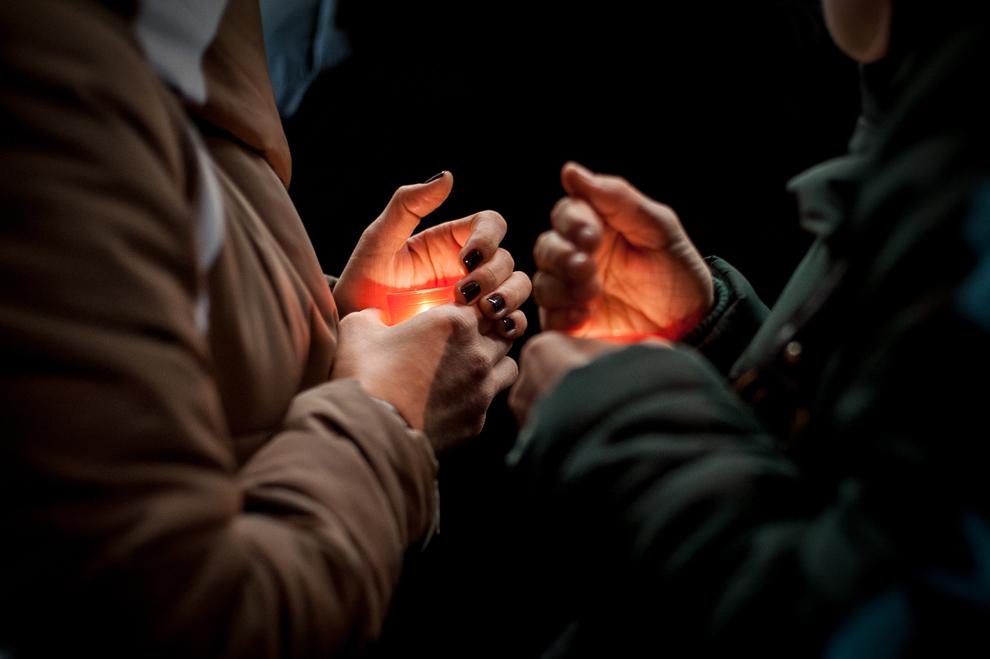 Două femei ţin în mână lumânări aprinse, în timpul slujbei religioase de Paşte oficiate în catedrala Sfântul Iosif din Bucureşti, sâmbătă, 30 martie 2013.