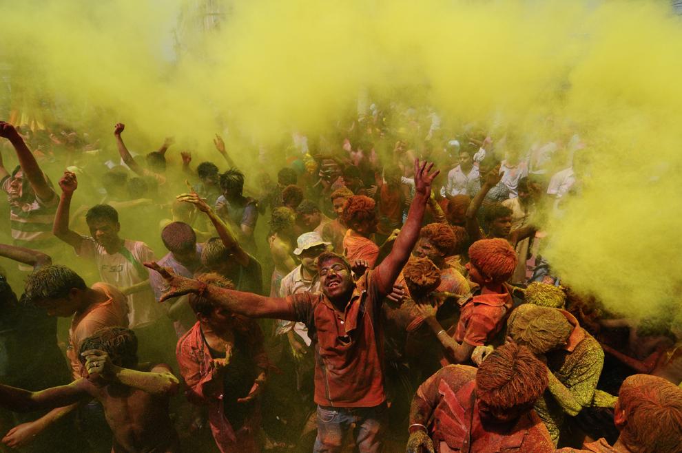 Participanţi la festivităţile prilejuite de festivalul Holi se acoperă cu pudră colorată, în Guwahati, India, miercuri, 27 martie 2013. 'Holi', cunoscut şi ca Festivalul Culorilor, marchează începutul primăverii.