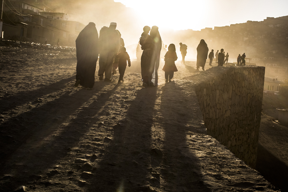 Familii afgane merg pe un drum neasfaltat, în Kabul, duminică, 11 noiembrie 2012.