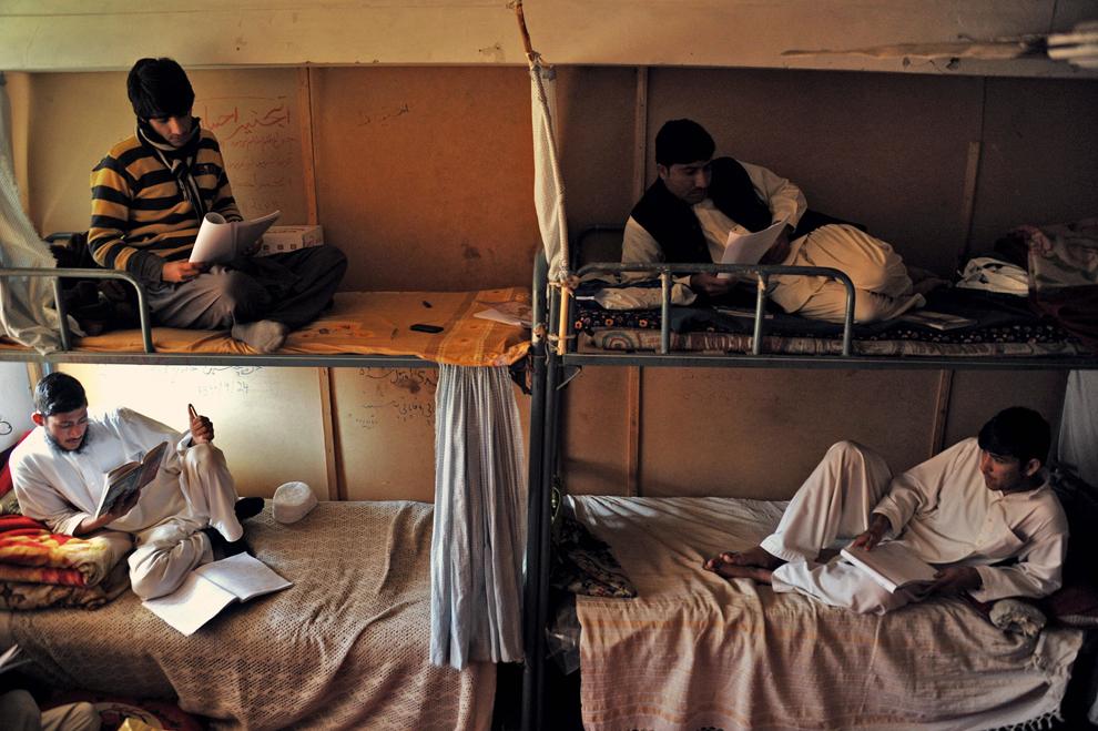 Studenţi afgani învaţă într-un dormitor comun al universităţii Nangarhar, la periferia Jalalabad, sâmbătă, 23 februarie 2013.