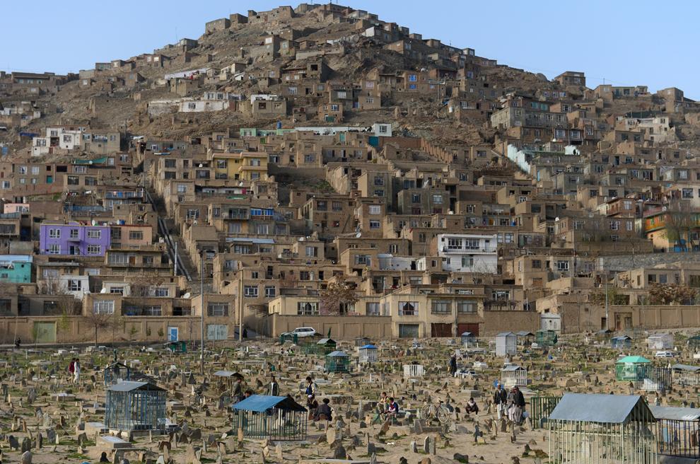 Mai multe persoane se plimbă într-un cimitir din Kabul, duminică, 31 martie 2013.