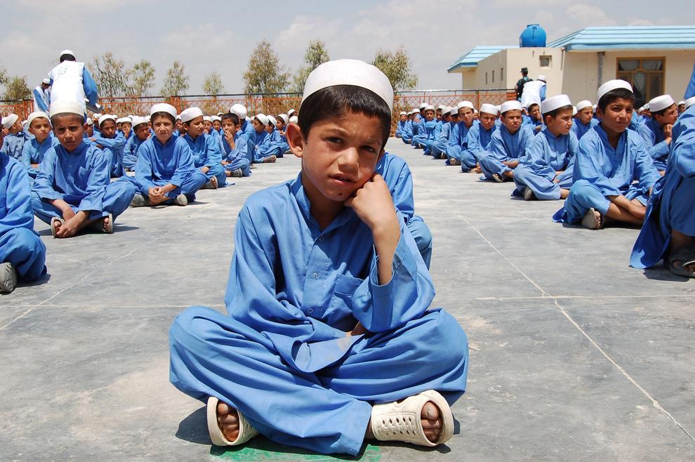 Orfani afgani stau aşezati, la un orfelinat din Kandahar, luni, 19 noiembrie 2012.