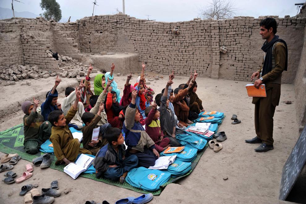 Elevi afgani învaţă într-o sala de clasă aflată în aer liber, la periferia Jalalabad, miercuri, 30 ianuarie 2013.