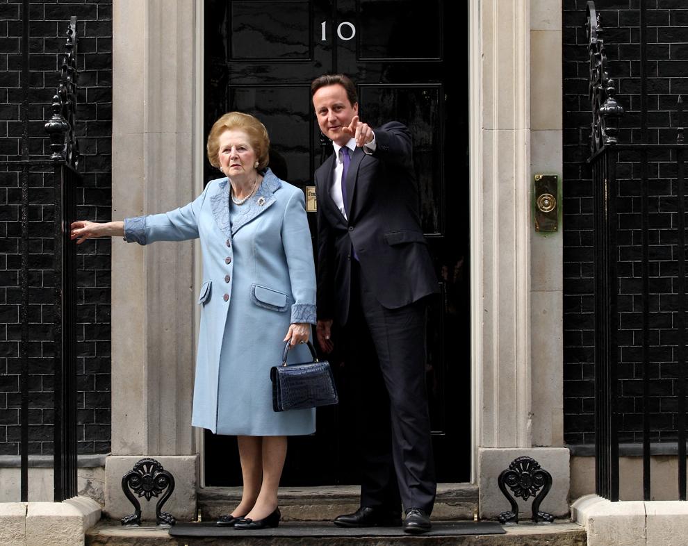 Premierul britanic David Cameron o întâmpină pe baronesa Margaret Thatcher pe treptele reşedinţei sale din Downing Street, marţi, 8 iunie 2010.