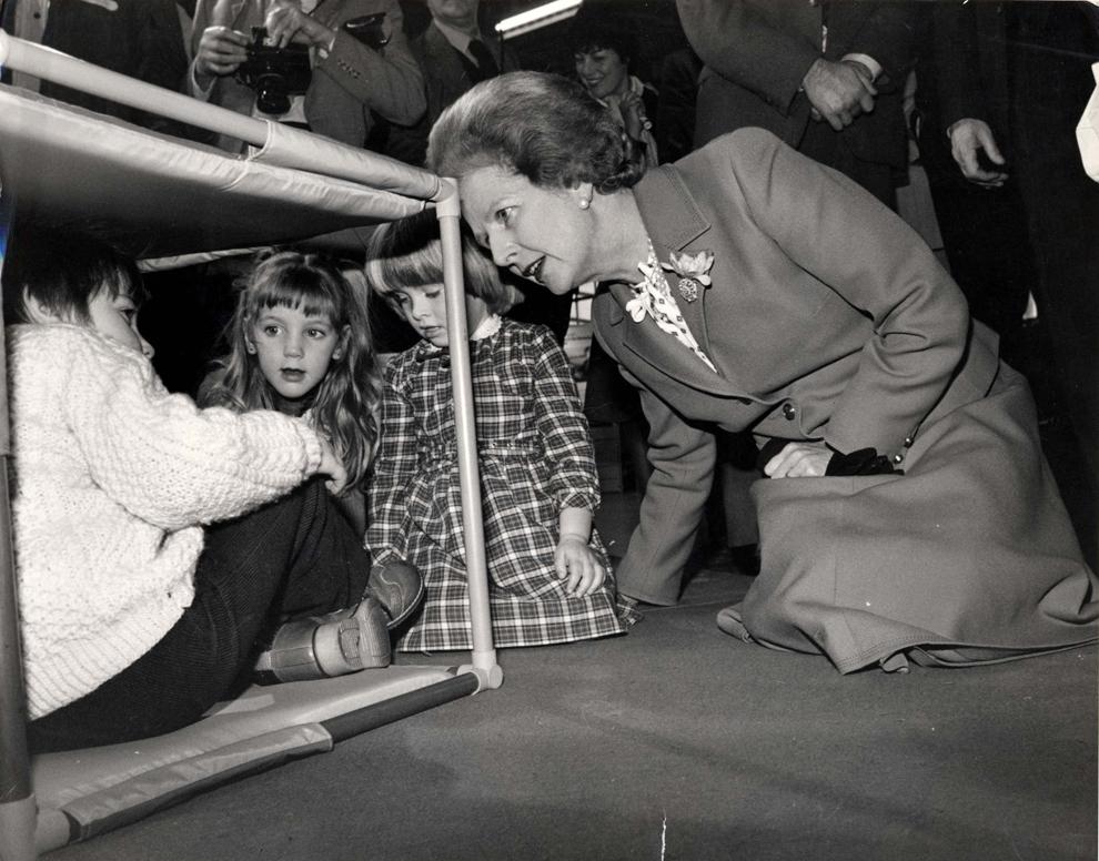 Premierul britanic Margaret Thatcher discută cu Matthew Fahy, în vârstă de 4 ani, în timpul unei vizite la Şcoala de Design din cadrul Institutului de Inginerie Civilă din Londra, miercuri, 9 decembrie 1981.