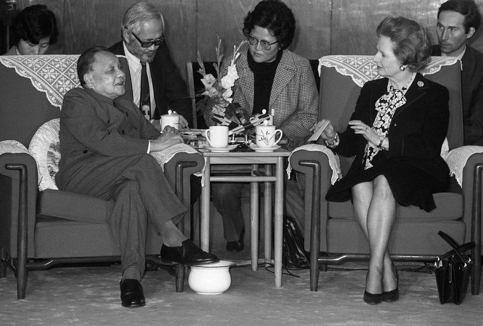 O fotografie datată 19 decembrie 1984 îi înfăţişează pe liderul chinez Den Xiaoping (S) şi pe primul ministru britanic Margaret Thatcher (D) în timpul unei întâlniri, în Beijing.