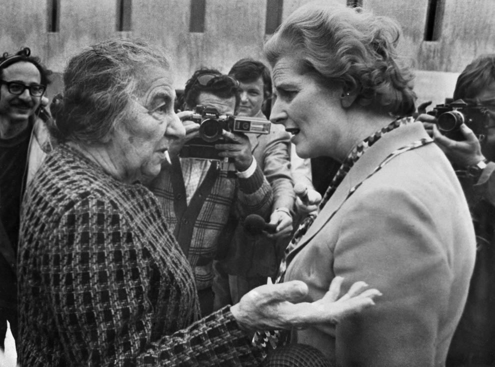 Lidera Partidului Conservator britanic, Margaret Thatcher (D), discută cu fostul premier israelian, Golda Meir (S), vineri, 2 aprilie 1976. Golda Meir a fost considera 'Doamna de Fier' a Israelului cu mult timp înainte ca Margaret Thatcher sa fie supranumita astfel.
