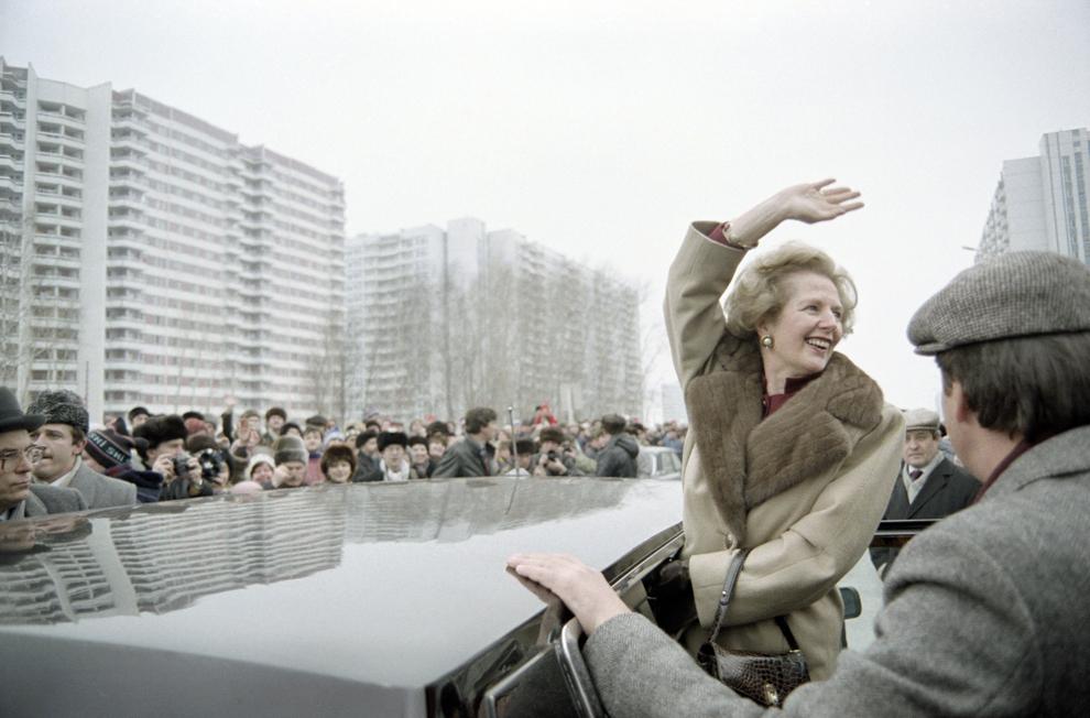 Premierul britanic Margaret Thatcher salută locuitorii Moscovei, care s-au adunat pentru a o vedea, în timpul vizitei sale oficiale la Moscova, dumincă, 29 martie, 1987.
